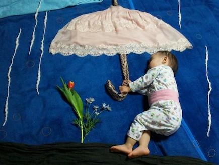 נונו ישנה - תחת מטרייה (צילום: צילום מסך מהאתר via.me)