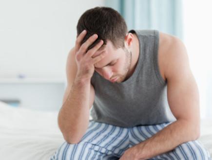 גבר צעיר במיטה (צילום: אימג'בנק / Thinkstock)