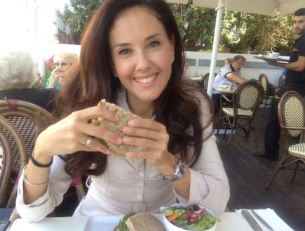 מיכל צפיר אוכלת ברולדין (צילום: תומר ושחר צלמים)