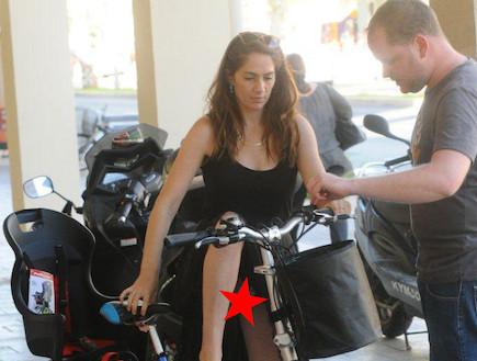טלי שרון רוכשת אופניים וחושפת (צילום: ברק פכטר)