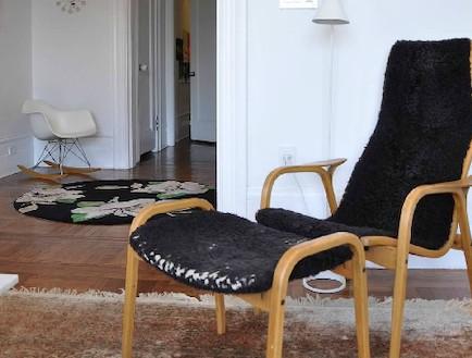 כיסא והדום בסלון (צילום: צילום ביתי)