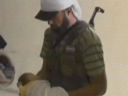 מפנים תינוקות מבית חולים שהופגז בסוריה (צילום: חדשות 2)