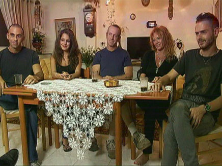 בני המשפחה זוכרים את המספר בעל פה. משפחת (צילום: חדשות 2)