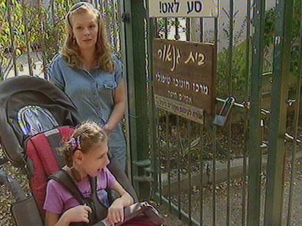 אמיליה ואמה מחוץ למוסד בו היא לומדת (צילום: חדשות 2)