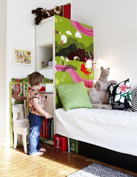 חדר עם פרקט (צילום: מתוך: childrens-room-child-friendly-storage)