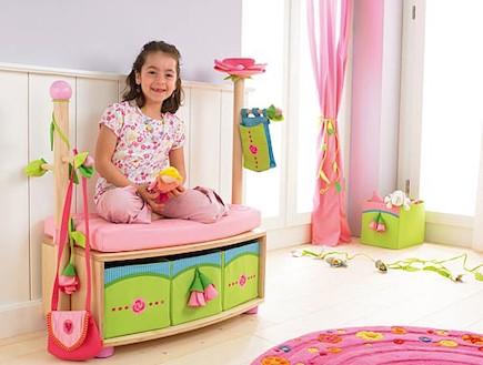 ילדה על ספסל ורוד (צילום: מתוך האתר nemashim-baby.com)