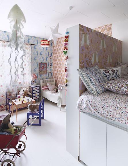 חדר עם קיר הפרדה בין המיטות (צילום: מתוך האתר ikeafamilylive.com)