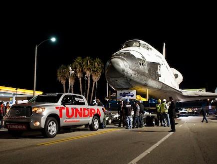 טנדר טויוטה גורר את מעבורת החלל