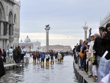 ונציה גדושת תיירים, גם כשהיא מוצפת (צילום: huffingtonpost.com)