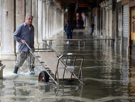 עובדים בוונציה המוצפת (צילום: huffingtonpost.com)