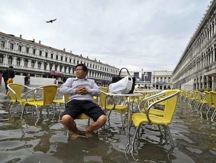 תייר בוונציה המוצפת (צילום: huffingtonpost.com)