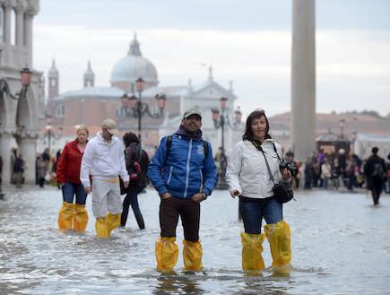 תיירים בוונציה המוצפת (צילום: huffingtonpost.com)