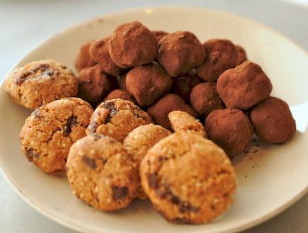 עוגיות שקדים וקוקוס ללא גלוטן, טראפלס עם צימוקים (צילום: רועי ברקוביץ')