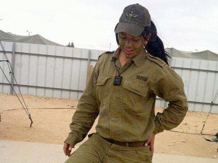 """""""פה כדי להגן על המדינה"""", סמלת מונה עבדו (צילום: דובר צה""""ל)"""