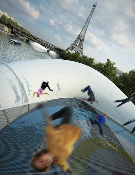 אנשים על גשר הטרמפולינה בפריז (צילום: designtaxi.com)
