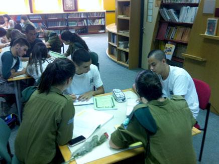 """לומדים שפה בבית הספר (צילום: דובר צה""""ל)"""