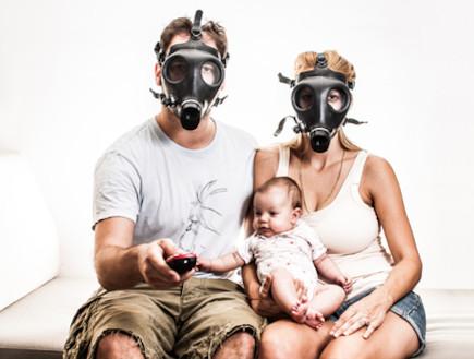 """משפחת גרנצל עם מסיכות אב""""כ (צילום: תומר גרנצל)"""