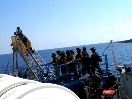 לוחמי חיל הים עולים על סיפון הספינה (צילום: יוטיוב)