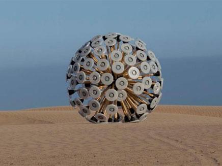 הכדור שיפוצץ את המוקשים - ויספוג את ההדף (צילום: Massoud Hassani)
