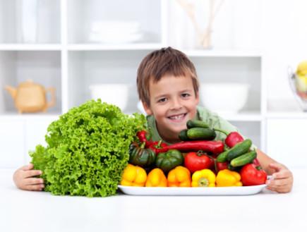 ילד ליד מגש ירקות (צילום: אימג'בנק / Thinkstock)