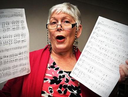 האישה ששרה כדי לפקוח עיניים (צילום: dailymail.co.uk)