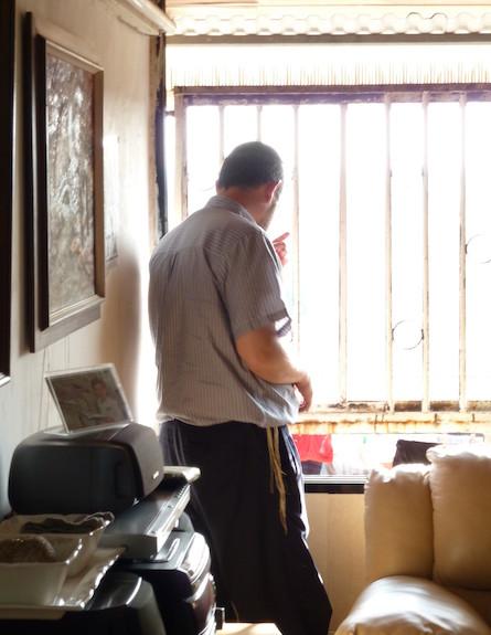 איש עומד ב החלון