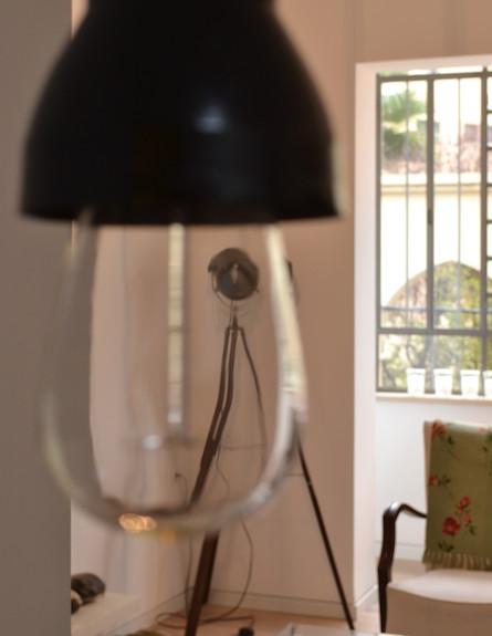 מנורת בסלון (צילום: טל גולדברג)