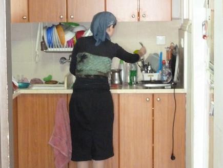 המתלוננת במטבח (צילום: צילום ביתי)