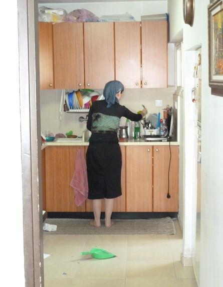 המתלוננת במטבח