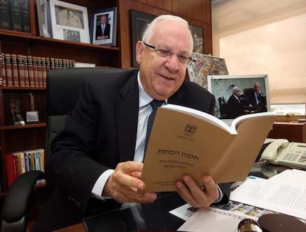 """יו""""ר הכנסת רובי ריבלין בלשכתו (צילום: דוברות הכנסת)"""