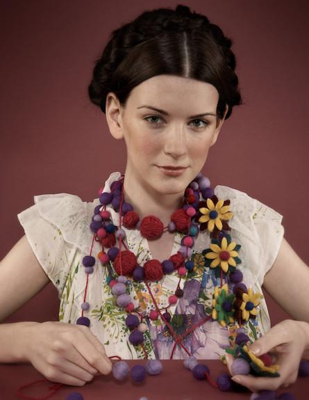 בחורה מאובזרת תכשיטים (צילום: realsimple.com, getty images)