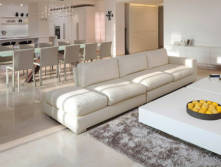 שולחן לבן בסלון (צילום: שי אפשטיין)