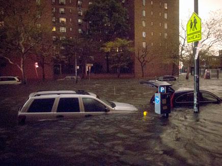 """רחובות שלמים הוצפו. """"סנדי"""" בפעולה (צילום: AP)"""