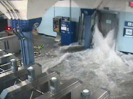 המים הציפו את הרכבת התחתית (צילום: AP)