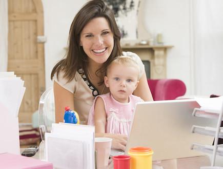 אמא ותינוקת מול מחשב (צילום: אימג'בנק / Thinkstock)
