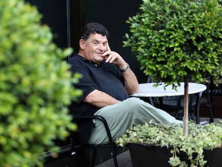 אייל גפן יושב (צילום: עודד קרני)