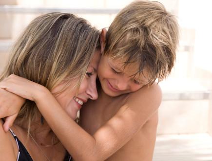 אמא וילד מתחבקים ומחייכים
