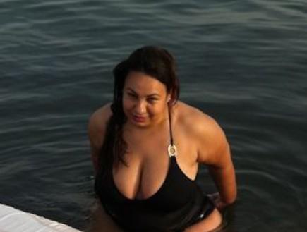 אמירה בוזגלו בבגד ים (צילום: mako)