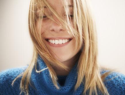 בחורה מחייכת מאושרת