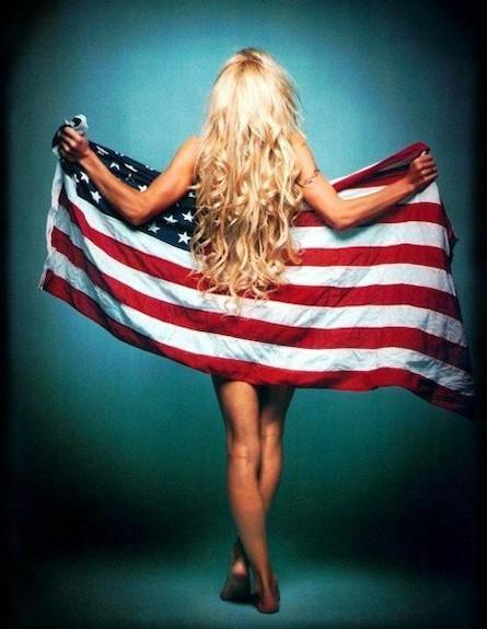 פמלה אנדרסון מכוסה בדגל (צילום: tumblr)