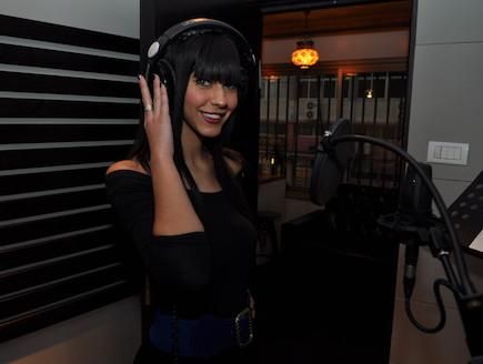 דלית זריהן מקליטה שיר באולפן (צילום: צ'ינו פפראצי)