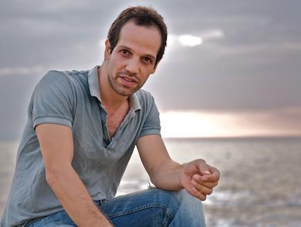 יוסף סוויד יושב על המזח (צילום: רועי ברקוביץ')