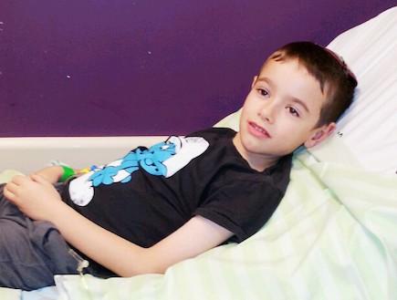 גיא נבון שוכב על מיטה בבית חולים (צילום: תומר ושחר צלמים)