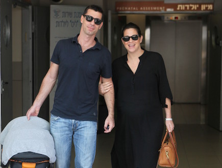 יעל שרוני יוצאת מבית חולים אחרי לידה שניה (צילום: ראובן שניידר )