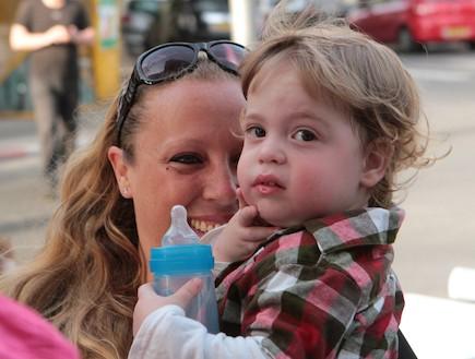 טלי רייכל עם בנה יואב (צילום: תומר ושחר צלמים)