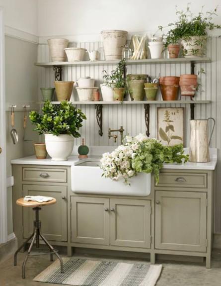 כיור עם פרחים (צילום: countryliving.com-)