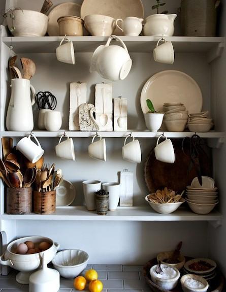 כלים במדף (צילום: desiretoinspire.com-)