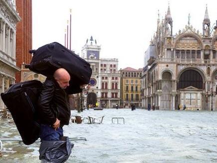תייר נושא מזוודה בוונציה