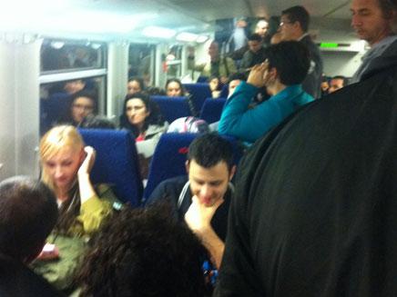 """""""לא יכולנו לצאת או לנשום"""". הנוסעים בקרון (צילום: שיר קלעי)"""