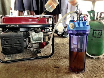 גנרטור הפועל על שתן (צילום: makerfaireafrica.com)